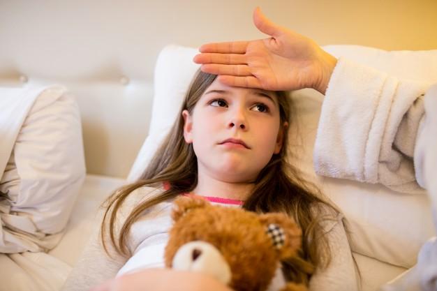 איך מורידים חום לתינוקות, לילדים ולמבוגרים בדרך טבעית?